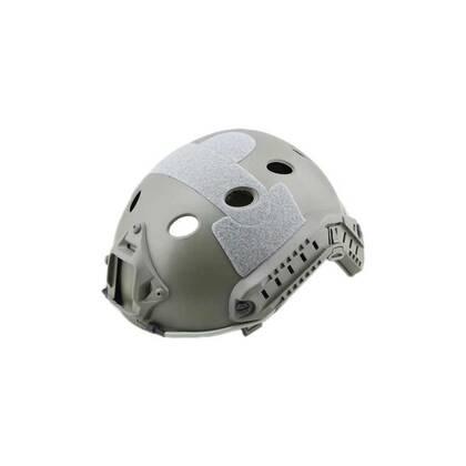 FAST Helm PJ Wolf Grey, een lichtgewicht versie van ABS. De helm is stevig en duurzaam. Tactische zijrail voor accessoires en een geïntergreerd montagepunt voor NVG (NVG montage niet inbegrepen) De buitenkant is voorzien van klittenband rechts, links, boven en aan de achterkant. De binnenkant heeft schuimrubberen pads. De maat is In hoogte verstelbaar met straps, Hoofdomtrek 54 tot 62cm Alleen geschikt voor airsoft.