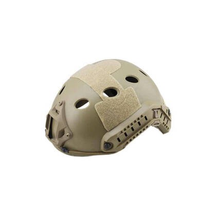 FAST Helm PJ Tan, een lichtgewicht versie van ABS. De helm is stevig en duurzaam. Tactische zijrail voor accessoires en een geïntergreerd montagepunt voor NVG (NVG montage niet inbegrepen) De buitenkant is voorzien van klittenband rechts, links, boven en aan de achterkant. De binnenkant heeft schuimrubberen pads. De maat is In hoogte verstelbaar met straps, Hoofdomtrek 54 tot 62cm.
