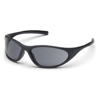 De Pyramex Zone II Grijs is mooie zonnebril met grijs anti fog veiligheidsglas. De bril voldoet aan de ANSI Z87.1 norm en is dus geschikt om mee te airsoften. Of gewoon om lekker te dragen als een mooie bril die nog stevig is ook. De getinte glazen bieden 100% bescherming tegen UV-A en UV-B straling.